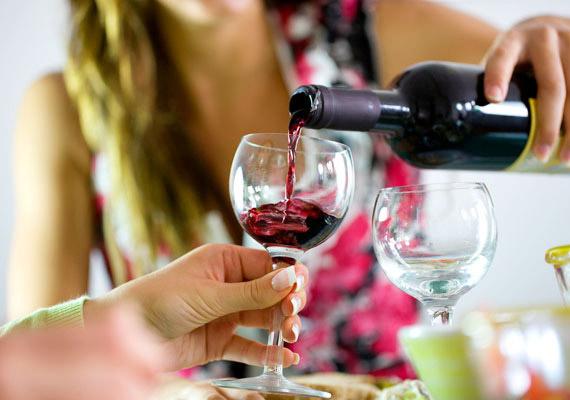 Egy deciliter száraz vörösborban 65 kalória van.