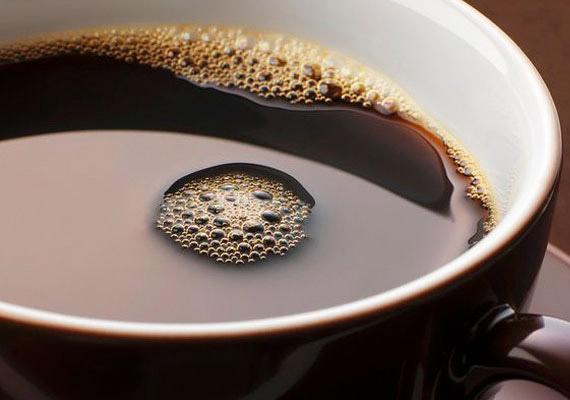 Egy csésze eszpresszó cukor nélkül körülbelül két kalóriát tartalmaz. Ha szeretnél kipróbálni egy kávéfüggőknek való diétát, kattints korábbi cikkünkre.