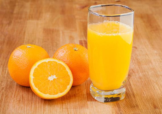 Egy deciliter 100%-os narancslé kalóriatartalma 40-45 körül mozog. Ha szeretnél kipróbálni egy narancsra épülő diétát, kattints korábbi cikkünkre!