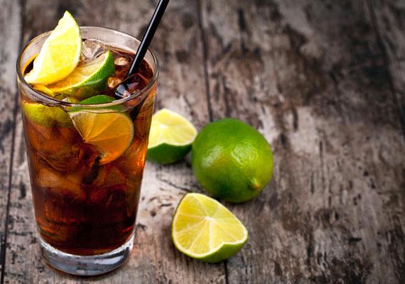 Egy pohár hideg Cuba Libréhez szükséged lesz jégkockára és lime-ra, kólára és fehér rumra. 5 cl fehér rumhoz önts 2 dl kólát, tégy bele jégkockát, és adj hozzá egy fél lime-ot. Mindez nagyjából 180 kalóriát tartalmaz.