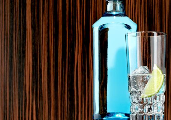 Ha nem vagy édesszájú, fogyaszthatsz gin-tonikot is a nyáresti bulikon. Önts egy pohárba jégkockákra 4 cl gint, majd arra mehet 2 dl tonik. Keverd fel, és tégy bele egy citromkarikát. Nagyjából 150 kalóriát tartalmaz a frissítő alkoholos ital.