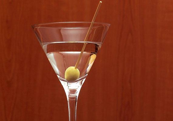 A Martini-koktél 5 cl gin vagy vodka és 1 cl száraz vermut keveréke. A hozzávalókat töltsd keverőpohárba jégkockákkal, keverd össze őket, és jég nélkül töltsd át egy hűtött koktélpohárba. Olívabogyóval díszítsd a nagyjából 150 kalóriát tartalmazó italt.