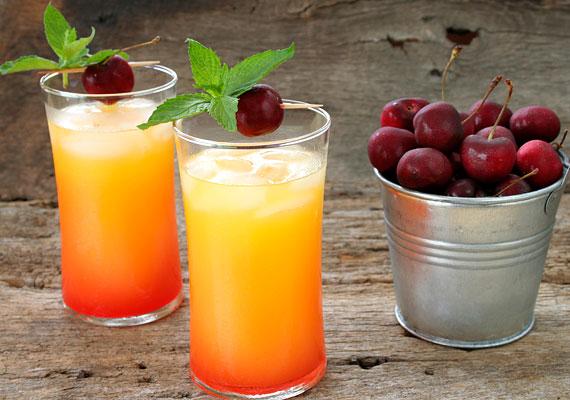 A Tequila Sunrise koktélhoz tegyél egy pohárba jégkockát. Önts rá 5 cl tequila silvert, 10 cl frissen facsart narancslevet és 2 cl citromlevet. Tegyél szívószálat a pohárba, és óvatosan önts bele 2 cl gránátalmaszirupot. Mindez nagyjából 180 kalóriát tartalmaz - ami nagyjából egy üveg sörnek felel meg.