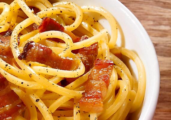 A fehér lisztből készült tésztafélékből száz gramm körülbelül 0,5 gramm rostot tartalmaz. Ha nem tudsz lemondani a spagettiről, fogyassz teljes kiőrlésű változatot.