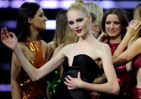 Sokan aggódtak, amikor Julia Schneider 2011-ben 15 évesen megnyerte az Elite Model Look nevű versenyt Sanghajban. Nem szerencsés, ha kamaszlányok egy ilyen alkatú modellre szeretnének hasonlítani.