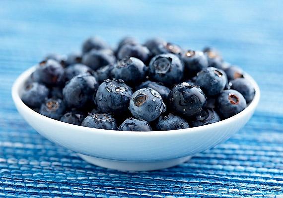 A kék színű gyümölcsök, mint az áfonya, a kékszőlő, a szilva, színüket egy antioxidáns hatású vegyületnek, az antocianinnak köszönhetik. A szervezetbe jutva ez a vegyület semlegesíti a sejtkárosító hatású szabadgyököket. Így nemcsak a ráncok ellen nyújt védelmet, de óv a ráktól és a szívbetegségektől is. A benne lévő savak és rostok pedig segítenek megszabadulni a felesleges kilóktól - próbáld ki az áfonyát diétában!