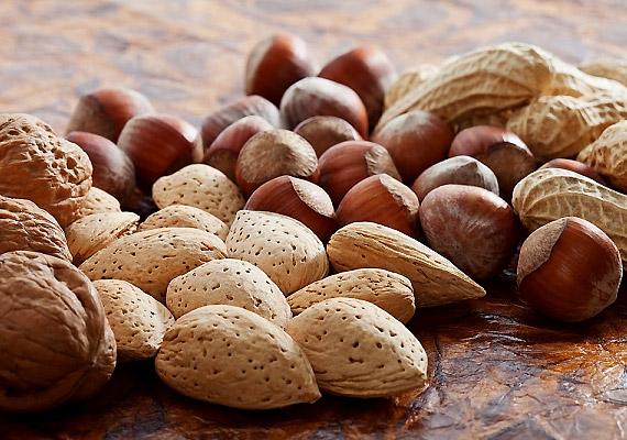 Az olajos magvak - dió, mandula, mogyoró - az E-vitamin biztos, könnyen elérhető forrásai. A zsírban oldódó vitamin kicsit olyan, mintha a jövő életelixírje lenne. Amellett, hogy antioxidáns hatásából adódóan védi az immunrendszert és megelőzi a daganatos betegségeket, még a bőrödet is szebbé teszi. Egészséges telítetlenzsírsav-tartalmuknak köszönhetően pedig az olajos magvak mértékkel fogyasztva segítik a fogyást is. Tudj meg többet az E-vitaminról!