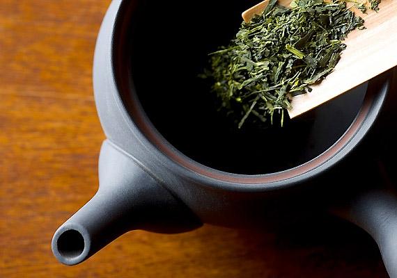 A zöld tea egészségvédő és fiatalító hatása a benne található nagy mennyiségű flavonoidnak köszönhető. A növényi vegyületek egyik csoportját a katekinek képezik, amelyek a kísérletek szerint a sejtek oxidáció hatására bekövetkező sérüléseit állítják helyre, illetve jó hatással vannak a zsíranyagcserére is. Így fogyhatsz zöld teával!