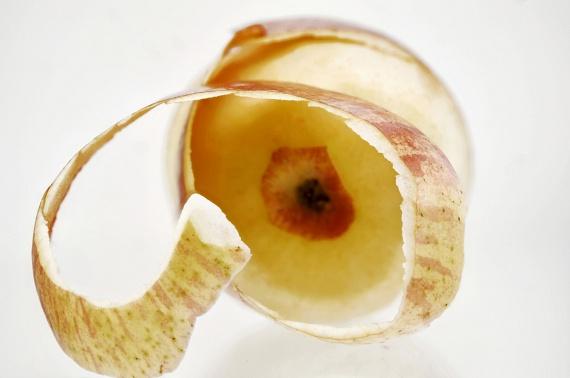 A zöldségek és gyümölcsök nem mindig tesznek jót a zsírégetésnek. A bennük található rovarirtó szerek ugyanis lassítják az emésztést, így a fogyókúra ideje alatt különösen fontos, hogy mindent nagyon alaposan moss meg, vagy válaszd az organikus, illetve biotermékeket.Tűrhető megoldás lehet, ha meghámozod a gyümölcsöket időnként, ezzel csökkentve a bevitt permet mennyiségét, ám ne feledd, hogy ezzel sok értékes tápanyagot elveszítesz!