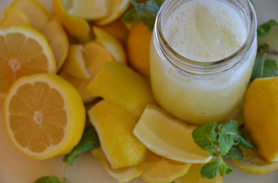 Citromos víz                         Egy nagy pohár víz önmagában is energizáló hatással van a szervezetedre, a citromnak köszönhetően pedig üdítő ízt kap, ráadásul szabályozza a bélműködést, és a benne levő pektin miatt elnyomja az éhségérzetet is. Fontos, hogy ízesítés nélkül idd, és a citrom levét kifacsarva add hozzá, vagy a héjától teljesen megtisztított darabokat tedd a pohárba, esetleg vegyél kezeletlen héjú gyümölcsöt!