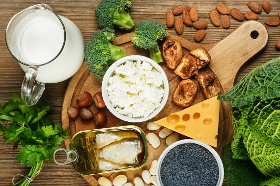 A kalciumhiány is okozhat lelassult anyagcserét, ugyanis az ásványi anyag bevitele fokozza a hőtermelést és ezáltal a zsírégetést. A naponta szükséges 1000-1200 milligramm kalcium bevitelét érdemes növényi forrásokból és kis részben tejtermékekből fedezni. 50 gramm mandula például a napi szükséglet 13%-át biztosítja, míg 100 gramm kelkáposzta 15%-ot, egy evőkanál mák pedig akár 70%-ot is. További jó kalciumforrás a szardínia, a brokkoli, a bab és a füge.
