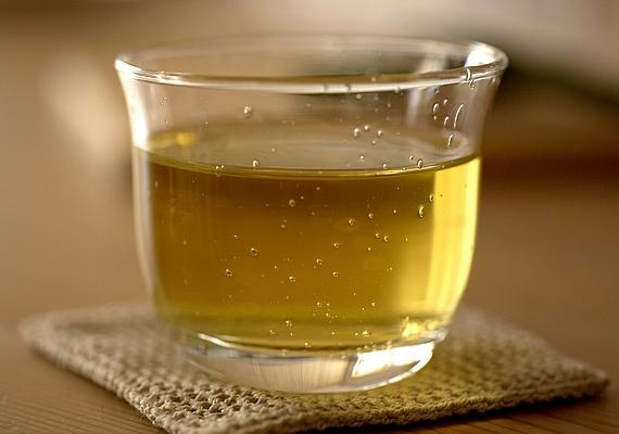 A zöld tea is remek alternatíva lehet: teintartalma miatt élénkít, valamint amellett, hogy segíti a szervezet méregtelenítését, a benne lévő katekineknek köszönhetően serkenti a zsíranyagcserét. Kipróbálhatod a zöld teás limonádét is!