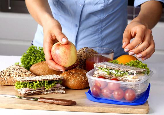 A táplálkozási szakemberek napi ötszöri - kis adagokban történő - étkezést javasolnak, amivel folyamatos lesz a tápanyag-utánpótlás. Fontos tehát, hogy a délelőttödbe férjen bele a tízórai is, így nem lassul le az anyagcsere. Ha más nem csúszik le, egy alma vagy egy pohár natúr joghurt akkor is biztosan jólesik. Íme, néhány alacsony kalóriatartalmú ötlet!