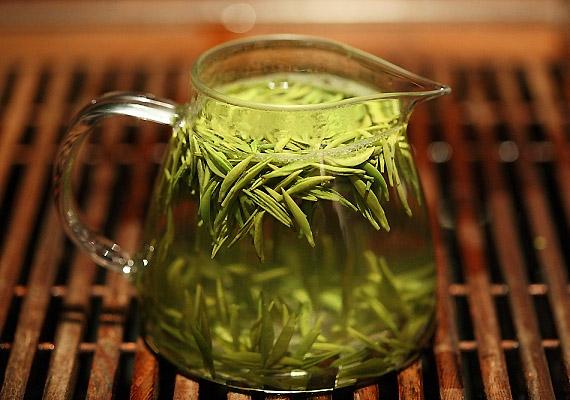A zöld teában lévő antioxidáns hatású katekinek jó hatással vannak a zsíranyagcserére, ezáltal segítenek megelőzni az elhízást. Érdemes ébredés után, illetve a délelőtti órákban egy nagy csészével fogyasztanod belőle. Korábbi cikkünkből megtudhatod, pontosan hogyan gyorsítja a zsírlebontást a zöld tea.