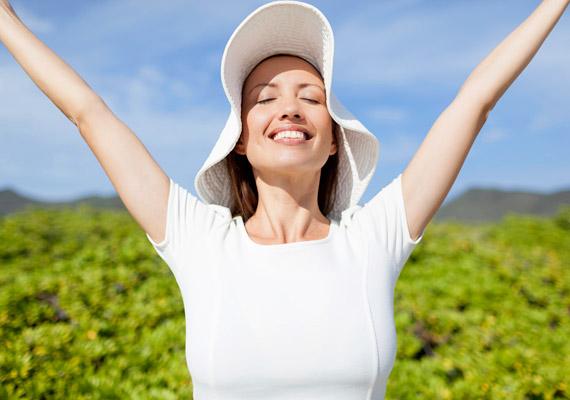 Igyekezz a délelőtti órákban napon tartózkodni legalább fél órát. Ha nem tudsz kiszabadulni ilyenkor az irodából, a legegyszerűbb, ha gyalog vagy kerékpárral jársz dolgozni. A Northwestern Egyetem kutatása szerint ugyanis a reggeli napfény csökkenti a szervezet melatoninszintjét, felébreszti a testet, segít beindítani az anyagcserét. Tudj meg többet erről a kutatásról!