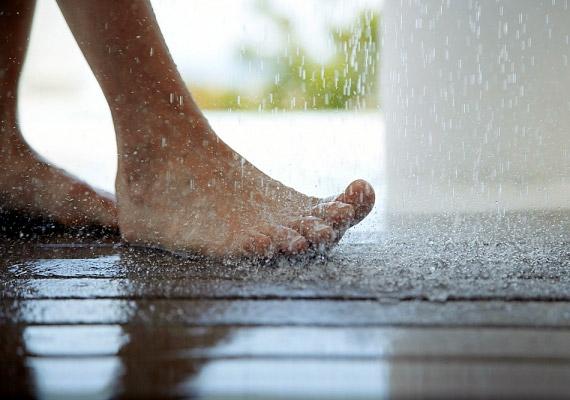 A hideg-meleg vizes váltózuhany nemcsak a bőrödnek tesz jót. Azáltal, hogy élénkíti a vérkeringést, segíti az anyagcsere-folyamatokat is. Reggeli kávé helyett - vagy után - indíts ezzel! Különösen a nyári kánikulában eshet jól.