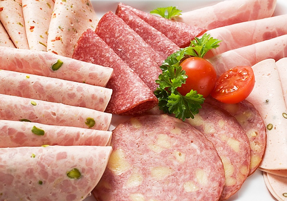 A felvágottakat magas zsír- és mesterségesanyag-tartalmuk miatt a szervezet csak nagyon lassan tudja megemészteni - ha pedig a tápanyagok nehezen bomlanak le, akkor könnyen elhízhatsz.