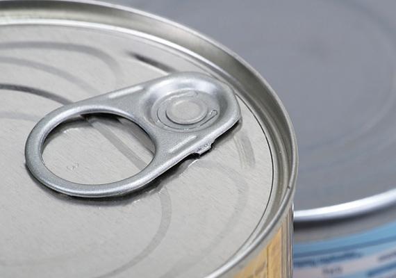 A konzervekhez - a hosszú eltarthatóság érdekében - általában rengeteg tartósítószert, állományjavítót és sót adnak. A mesterséges anyagokat a szervezet nem képes megemészteni, lassítják az anyagcserét.