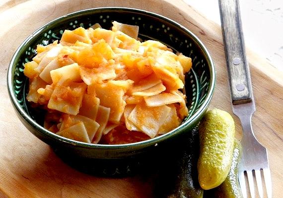 A krumplis tészta tipikus háborús étel, amelyet a németektől vettünk át. Másik két neve, a grenadírmars vagy gránátos kocka is jól mutatja, hogy nem éppen békeidőkből származik. A kényszer szülte ételt különös módon azóta sem untuk meg. Bár a fehér lisztből készült tészta krumplival valóban eltelít, a rostszegény étel egyáltalán nem tesz jót az anyagcserédnek.