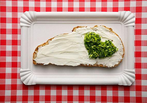 Az ömlesztett sajtok magas zsírtartalmuknál és a hozzájuk adott mesterségek anyagoknál fogva valósággal eltömítik az emésztőrendszert, akadályozva ezzel az anyagcserét.