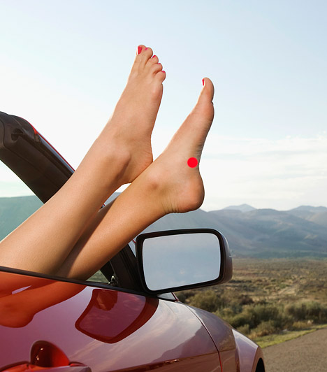 A lép és a hasnyálmirigy serkentése  A lép és hasnyálmirigy zónája a bal lábfejed belső oldalán található, ott, ahol a lábfej íve eléri a legmélyebb pontot. Ezután érdemes végigmasszírozni a bal lábfej egész belső oldalát, hogy serkentsd a gyomor és a vese működését is. Ismételd meg a műveletet a jobb lábfejen is.  Kapcsolódó cikk: Az 5 legerősebb fogyasztó akupresszúrás pont »
