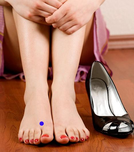 A májműködés serkentése                         A máj gyakran túlterhelt állapotban van, éppen ezért reflexpontja alkalmas működésének javítására. A reflexpont mindkét lábon megtalálható, az első és a második lábujj között, nagyjából két és fél centiméterre a lábujjak tövétől.