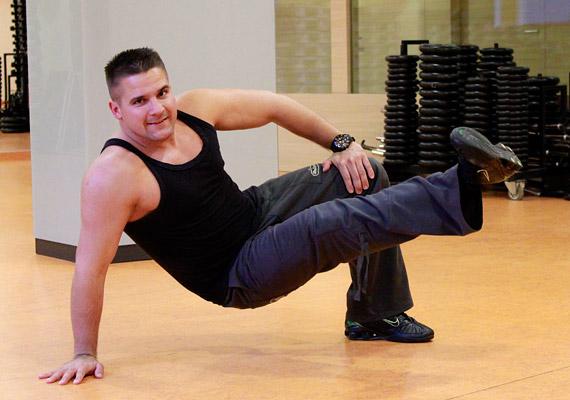 Ebből a testhelyzetből végezz lábemeléseket 3x30-szor, ügyelve arra, hogy a feneked ne érintse a talajt.