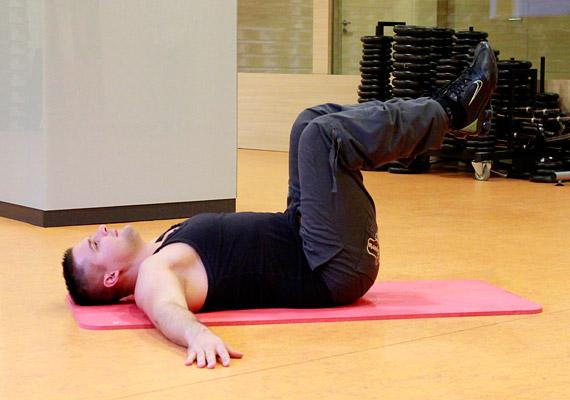Helyezkedj el hanyatt fekvésben, a karjaidat nyújtsd ki oldalra, hogy stabilabb legyen a póz, az összezárt lábaidat pedig húzd fel úgy, hogy a comb és a lábszár derékszöget zárjon be egymással.
