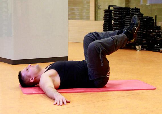 Ebből a testhelyzetből végezz térdnyitásokat - 3x50-szer -, közben ügyelj arra, hogy a lábfejek össze legyenek zárva.
