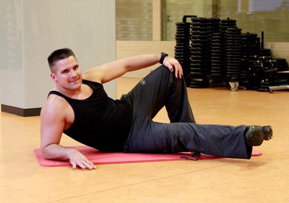 Helyezkedj el a képen látható módon alkartámaszba, a felül lévő lábaddal stabilizáld a testhelyzetet, az alul lévőt nyújtsd ki oldalra.