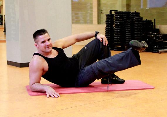 Ebből a testhelyzetből végezz lábemeléseket 3x30-szor - nem kell túl magasra emelned a lábad. Ezután végezd el a gyakorlatot a másik oldalra is.