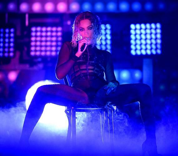 Nemcsak az énekesnő karcsú alakja volt meglepő, a fellépőruha és maga az előadás is igen merészre sikerült.