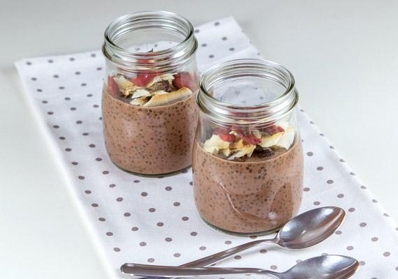 Imádod a csokit? Készíthetsz reggelire csokis chiapudingot is. 4 deciliter mandula- vagy kókusztejbe áztass 40 gramm chia magot, majd hagyd állni a hűtőben éjszakára. Reggel adj hozzá egy teáskanál cukrozatlan holland kakaóport, egy púpozott teáskanál kókuszreszeléket és egy kevés nyírfacukrot!