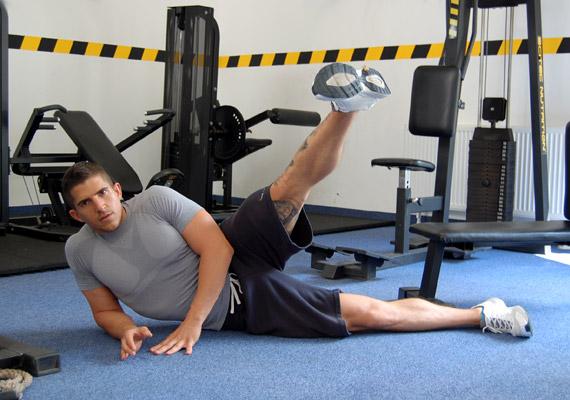 A csípő és a farizom formálását segíti, ha nemcsak a lenti, nyújtott lábaddal egy síkban, hanem enyhén előre, illetve hátra is elvégzed a mozdulatsort.