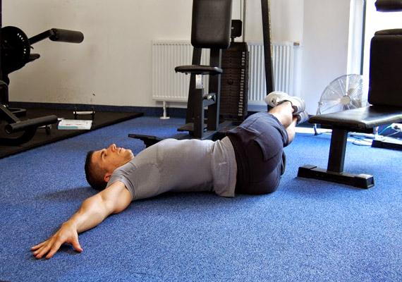 Ha a lábaid elérték a padlót, lassan indítsd el a gyakorlatot visszafelé. Ügyelj rá, hogy a lábaid közben végig nyújtva legyenek. Ismételd a gyakorlatot tízszer az egyik oldalra, majd a másikra. Összesen négy sorozatot csinálj belőle.