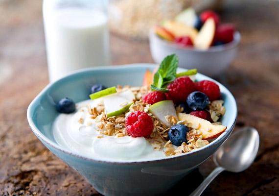A joghurt-zabpehely-gyümölcs kombináció emésztést elősegíti hatása miatt kiváló reggeli lehet, de a nap bármely szakaszában fogyaszthatod, ha egy kis édességre vágysz.