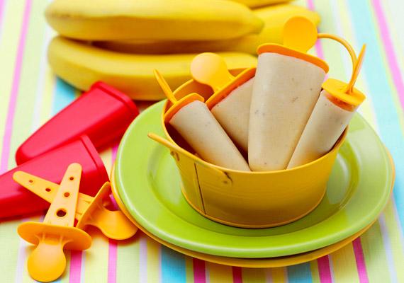 A boltban kapható fagylaltok, jégkrémek kalóriatartalma gyakran több 300-nál. Ha azonban magadnak készítesz otthon jégkrémet, biztos lehetsz az összetételében, így abban is, hogy nem teszi tönkre a fogyókúrádat. Kattints ide egy jó diétás receptért!