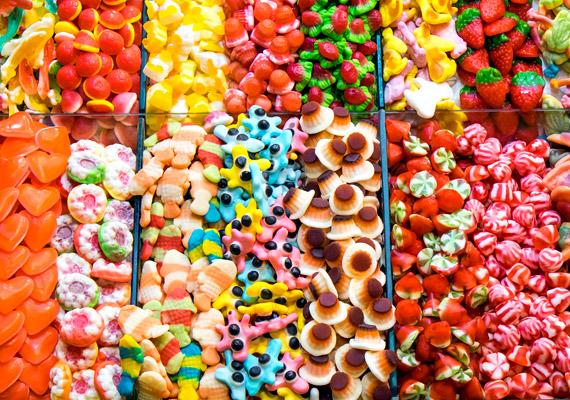 Az első héten elég lesz, ha a cukorban, fehér lisztben gazdag, nagyrészt üres kalóriát tartalmazó ételekről mondasz le. Hagyd el a gumicukrot, a cukorkákat, a fehér lisztes sütiket és a hasonló édességeket.