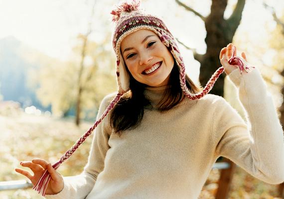 Energetizál és szépítA datolya - a benne található vitaminoknak és ásványi anyagoknak hála - rugalmassá teszi a bőrt, és védelmet nyújt az öregedéssel szemben, illetve a csontokat is erősíti. Emellett - főként hasznos szénhidráttartalma, természetes gyümölcscukor-tartalma miatt - a testet és a szellemet is feltölti energiával.