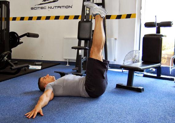 Helyezkedj el hanyatt fekvésben, a karokat nyújtsd ki oldalra, kinyújtott lábaid pedig zárjanak be derékszöget a felsőtesteddel.