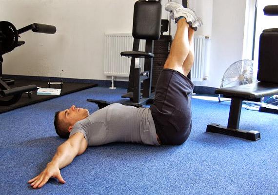 Lassan engedd le a lábaidat oldalra, közben érezd, hogy derék-, illetve csípőtájékon dolgoznak az izmok. A térdedet igyekezz nyújtva tartani.