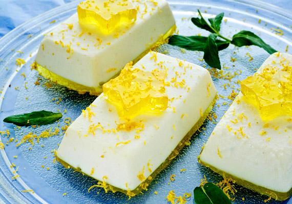 Nem minden tortához kell liszt és sütő - kiváló példa erre a gyümölcsös túrótorta. Pusztán a receptben szereplő cukrot kell nyírfacukorra cserélned, és gyorsan elkészítheted ezt a diétás finomságot!