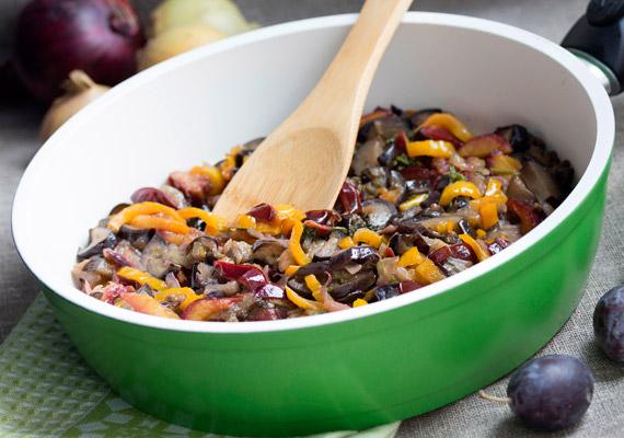 Ha nem szeretnél salátát vagy nyers zöldséget fogyasztani köretnek, barátkozz meg a párolással. Sokkal több vitamin és ásványi anyag megőrizhető ezzel az eljárással, mint a sütéssel vagy a főzéssel. Vágj össze tetszőleges zöldségeket, majd fedő alatt, lassú tűzön, saját levükben vagy vízben párold az összetevőket.