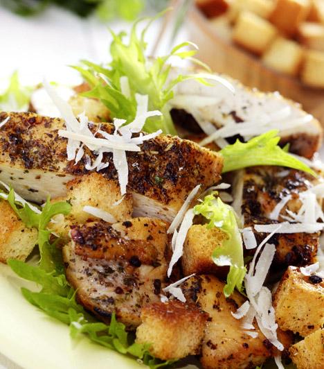 Cézár-saláta  Ha laktató, de még diétásnak számító vacsorára vágysz, a legjobb választás a Cézár-saláta. Nem kell aggódnod a magas kalóriatartalmú majonéz miatt, mert valójában az eredeti recept nem tartalmazza. Kattints ide, és nézd meg, hogy készítheted el!