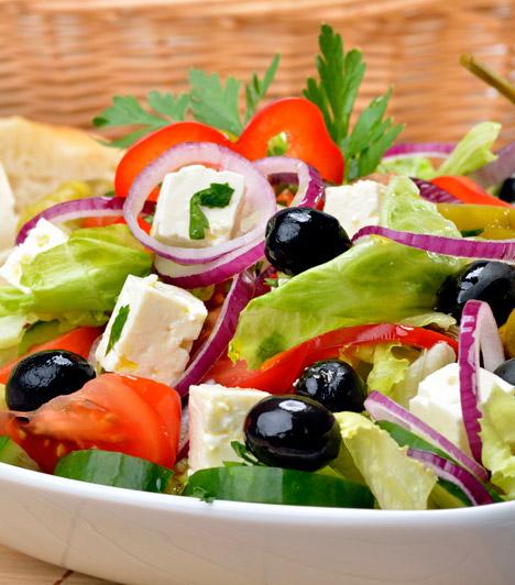 Görögsaláta  Akár főételnek, akár köretnek ideális választás a görögsaláta. A feta sajtot leszámítva egyik összetevő sem tartalmaz jelentősebb kalóriamennyiséget - így bátran eheted pár órával lefekvés előtt. Kattints ide a receptért!