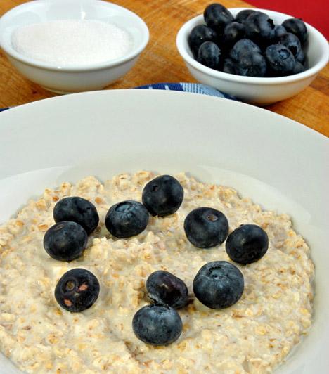 Zabkása  Nemcsak reggelire, vacsorára is jó választás a zabkása. Miután egy kevés vízben - épphogy ellepje a zabpelyhet - felfőzve elkészült a zabkása, adhatsz hozzá reszelt almát vagy bogyós gyümölcsöket, de akár cseresznyét vagy körtét is. Ha nem találod elég édesnek, eritrittel vagy nyírfacukorral ízesítsd. A zabkása legnagyobb előnye magas rosttartalma, aminek köszönhetően finoman átmossa a bélrendszert.  Kapcsolódó cikk: Tényleg működik a zabkásadiéta? Kipróbáltuk »