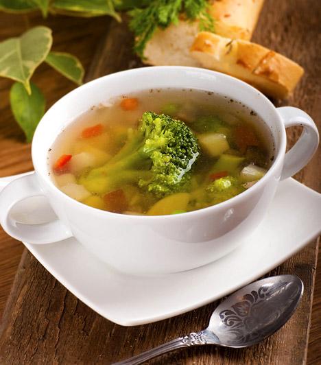 Zöldségleves  A nyári melegben előfordulhat, hogy nincs kedved szilárd vacsorát enni, ilyenkor jó választás egy tányér zöldségleves. Nemcsak laktató és emésztésserkentő, de pótolhatod vele az elvesztett folyadékmennyiséget és az ásványi sókat is. Kattints ide egy jó receptért!