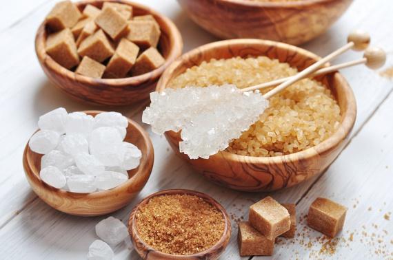 Sajnos ez nem csak a klasszikus fehér cukorra vonatkozik. A barna és a nádcukor glikémiás indexe és kalóriatartalma nem sokban különbözik a sima kristálycukorétól, így a hat teáskanálnyi mennyiségbe ezeket is számold bele!