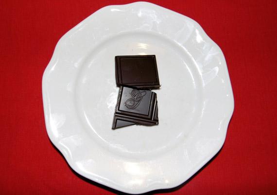 Ha csokoládéra éhezel, válogass a magas - legalább 70%-os - kakaótartalmú, jó minőségű étcsokik között. Ezek ugyanis kevesebb cukrot és más hozzáadott anyagot tartalmaznak. Két kocka az ilyen csokiból nem egészen 100 kalóriát tesz ki. Tudj meg többet a minőségi csokoládékról!