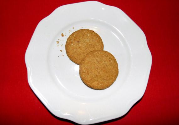 Két zabpelyhes keksz nagyjából 100 kalória. Készítheted magad, vagy boltban is megvásárolhatod - lehetőség szerint ne a csokoládés változatot.